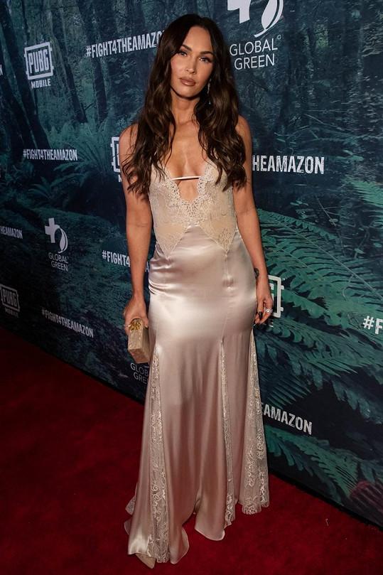 Krásná herečka měla šaty, které připomínaly noční košilku.