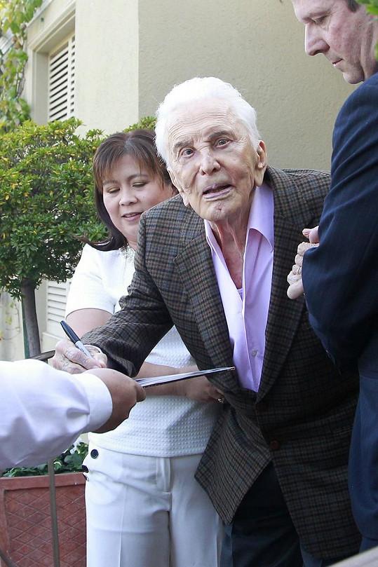 Stoletý herec rozdával autogramy.