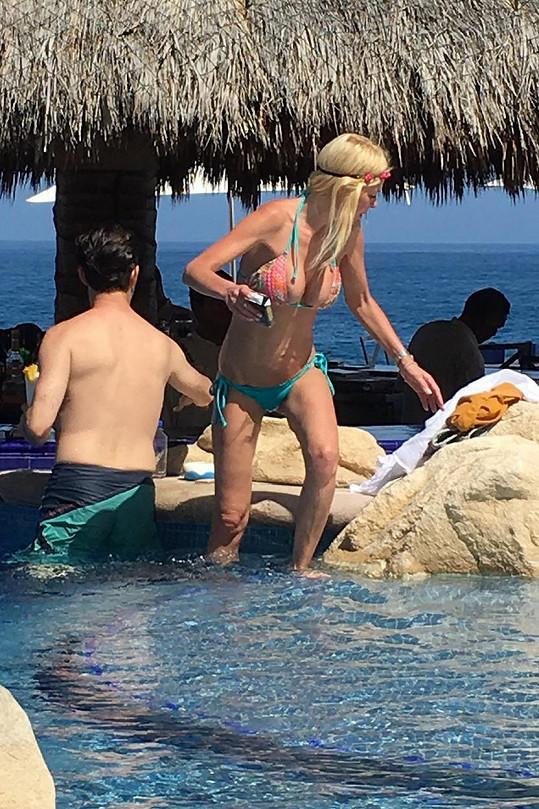 Tara Reid v plavkách moc parády nenadělá.