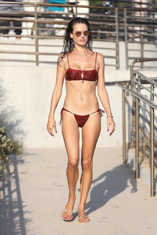 Tohle jsou jistě nejoblíbenější plavky brazilské modelky.