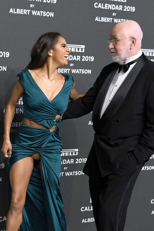 Vykukujících kalhotek si ani nevšimla a dobře se bavila po boku fotografa Alberta Watsona.