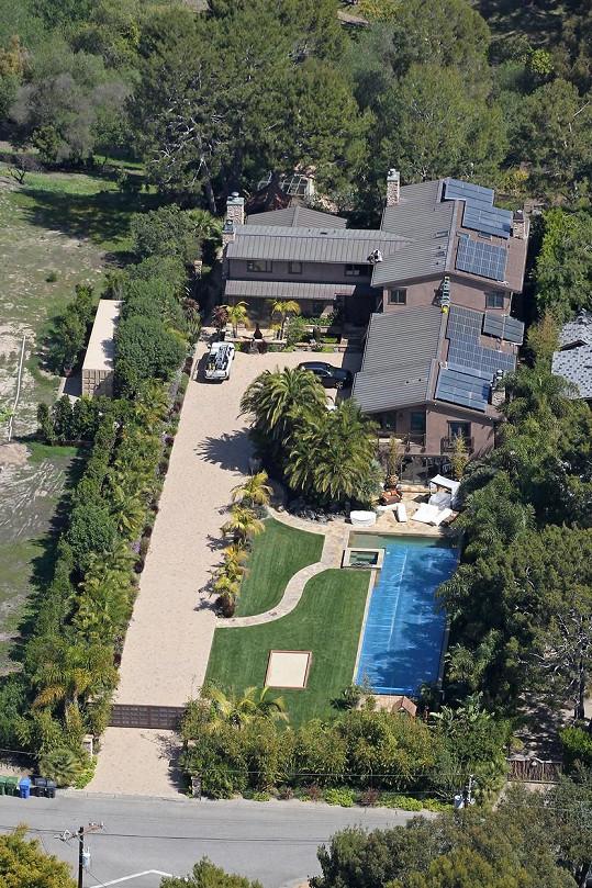 Letecký pohled na rozlehlý dům ve španělském stylu