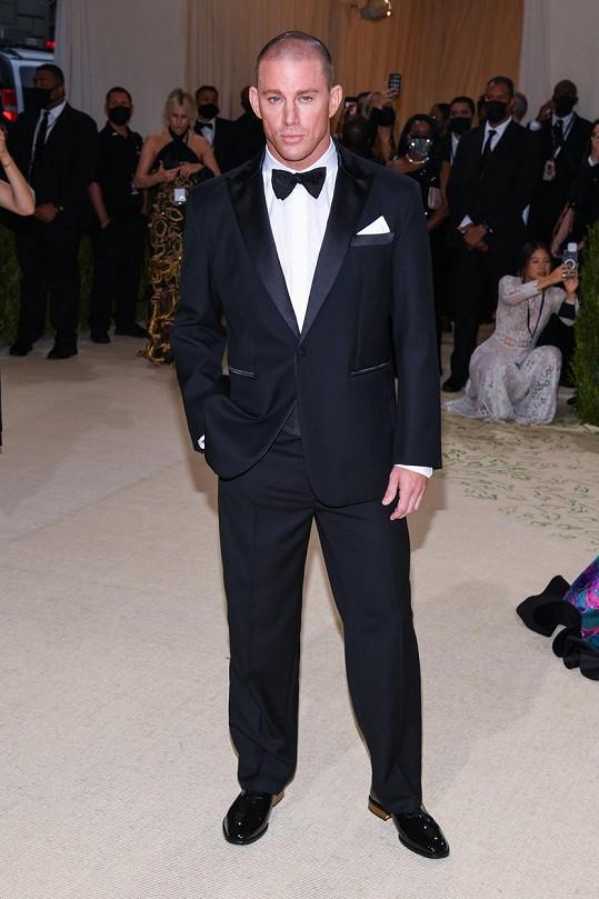 Channing Tatum ve smokingu značky Versace na Met Gala