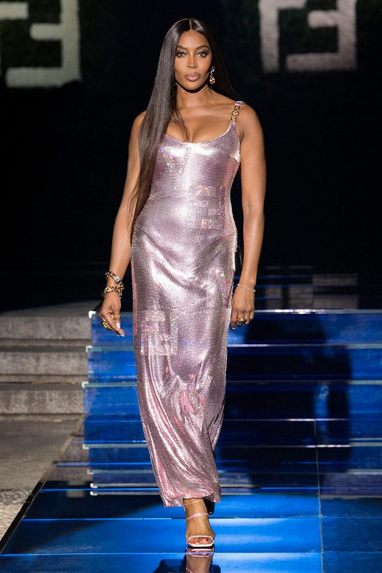 Naomi Campbell zářila v růžové