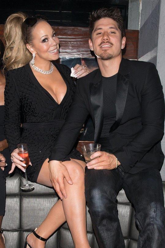 Jak je jejím zvykem, měla popová diva šaty, které jí vytvořily obří dekolt. Mariah na oslavu doprovázel její o 13 let mladší zajíček Bryan Tanaka.