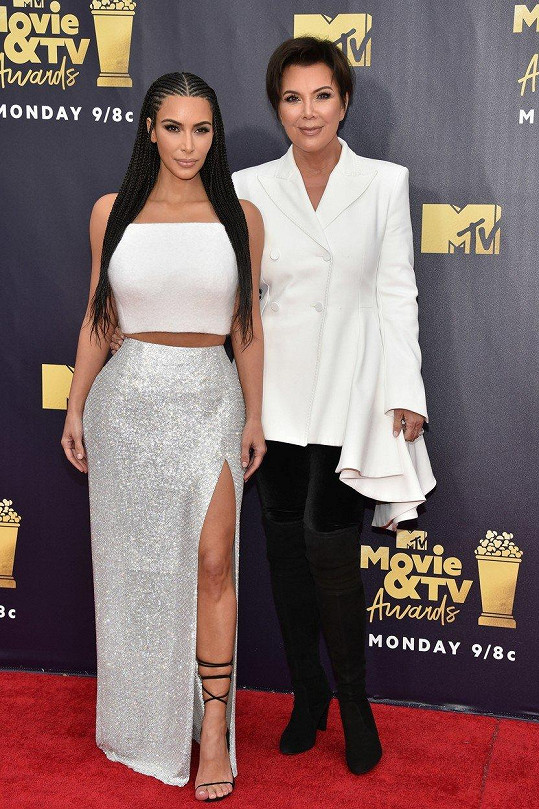 Kim nakonec na akci doprovodila matka Kris Jenner (vpravo).