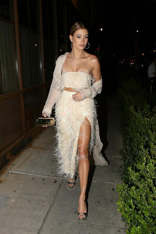 ...její sestřenice Hailey Baldwin bílé šaty
