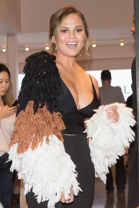 Chrissy Teigen oblékla kabátek z vlastní kolekce.