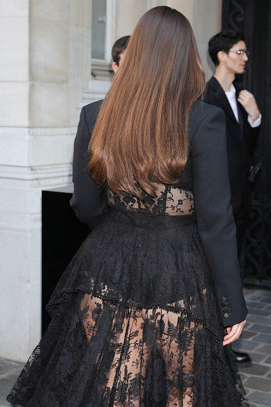V Paříži si vyšla v odvážném outfitu.