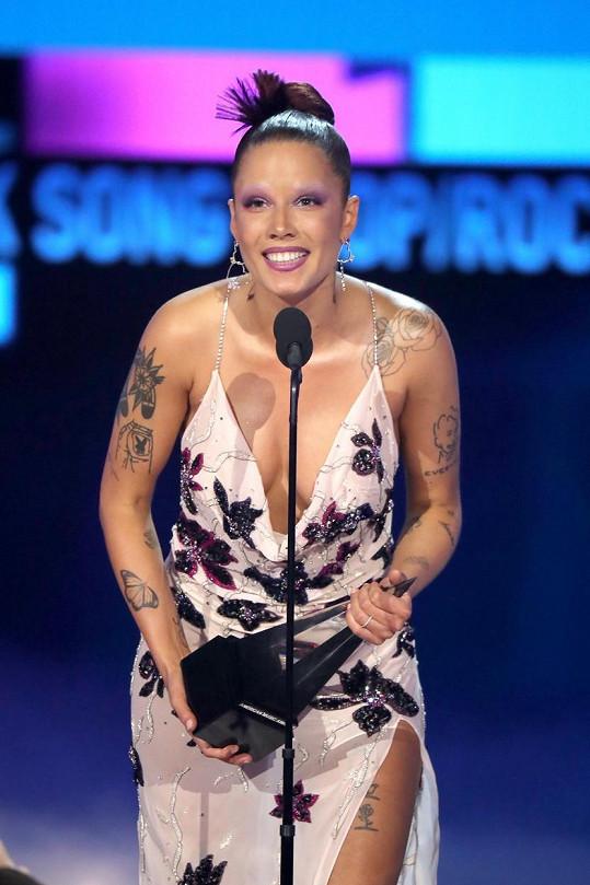 Ale modelem, který oblékla při přebírání ceny za skladbu roku v kategorii pop/rock, to všem vynahradila.