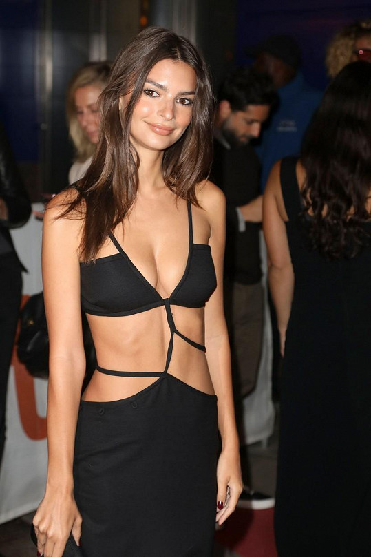 Zvolila úsporný outfit, který připomínal plavky její vlastní značky...