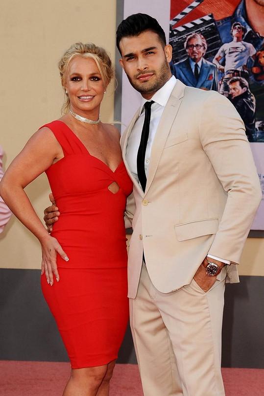 Britney Spears má vedle sebe silnou podporu svého přítele Sama Asghariho, který jí s natáčením a focením pomáhá.