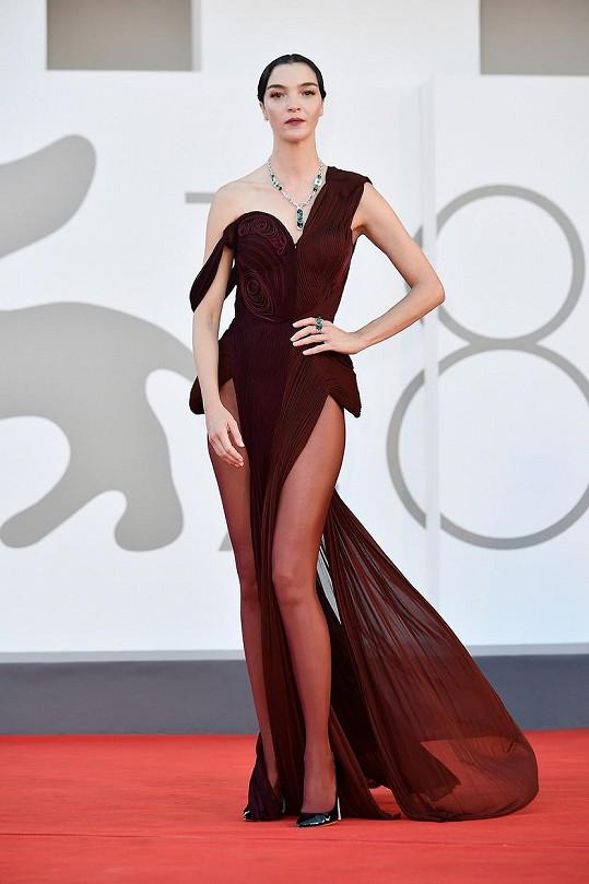 Mariacarla Boscono zvolila na červený koberec odvážné šaty.