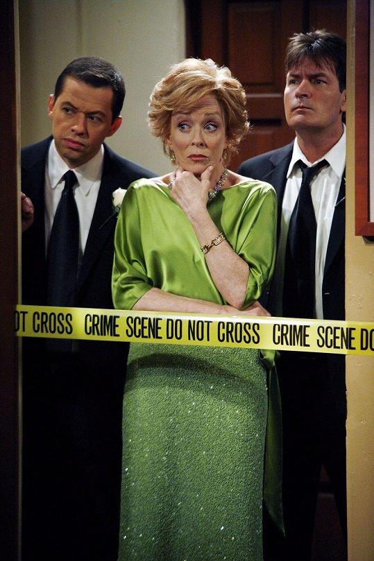 Holland Taylor v seriálu Dva a půl chlapa. Georgia Engel hrála několik dílů její milenku.