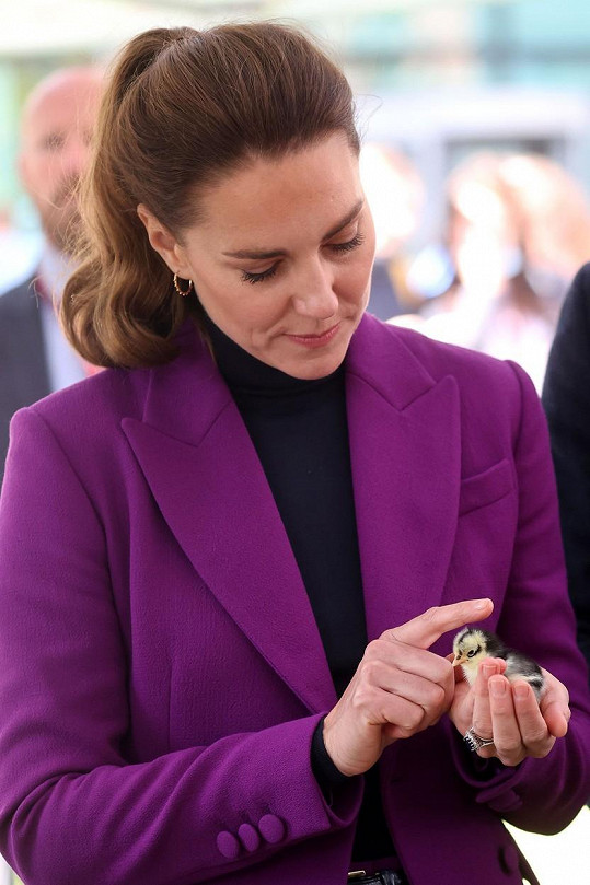 Sama si pak vzala do ruky ještě malého ptáčka.