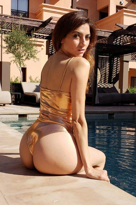 U bazénu špulila výstavní pozadí.