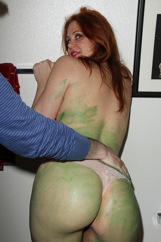 Zelenou barvu dostala i její zadnice.