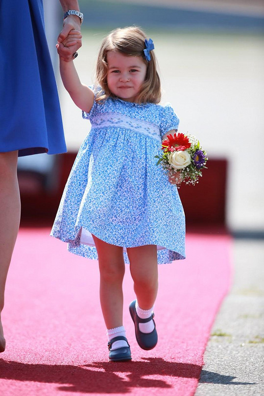 Princeznička Charlotte se držela maminky.