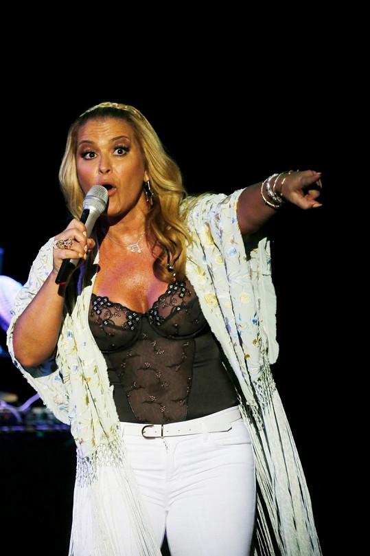 Anastacia před publikem na Starlite Marbella pod otevřeným nebem.