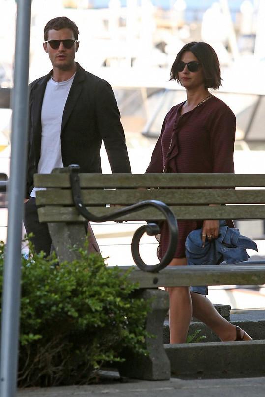Herec se s manželkou zamilovaně procházel po nábřeží.