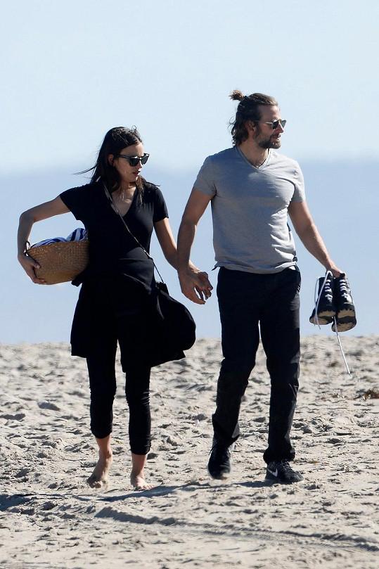 Slavný pár zašel relaxovat na pláž.