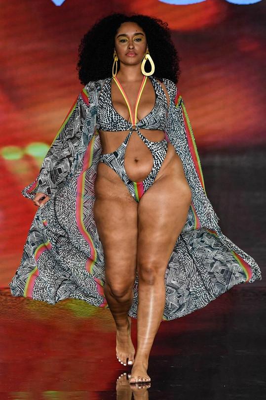 Modelky předvedly na stovky plavek.