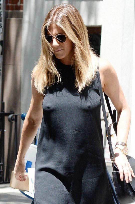 Na Jennifer Aniston je spoleh, podprsenkám nikdy neholdovala.