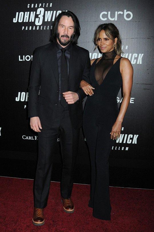 Halle Berry se svým filmovým kolegou Keanu Reevesem.