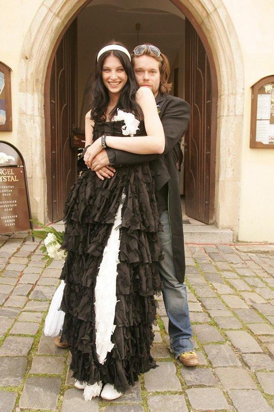 Iva Frühlingová ve svatebních šatech, které jí a Richardu Krajčovi moc štěstí nepřinesly.