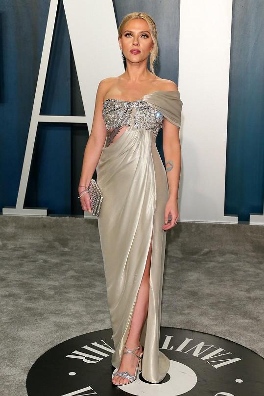 Ve stříbrných šatech oslnila i Scarlett Johansson.