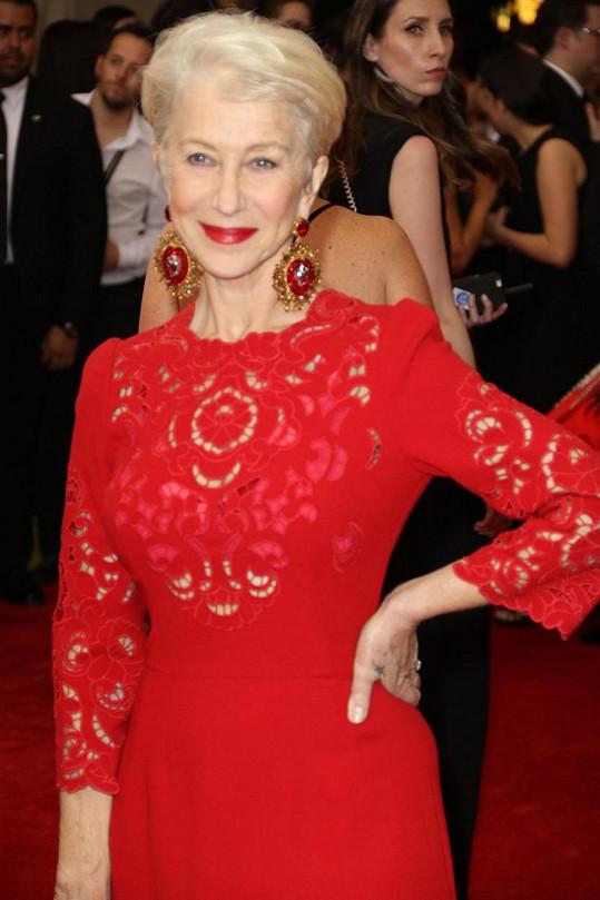 Helen Mirren na galavečer oblékla krajkové šaty.