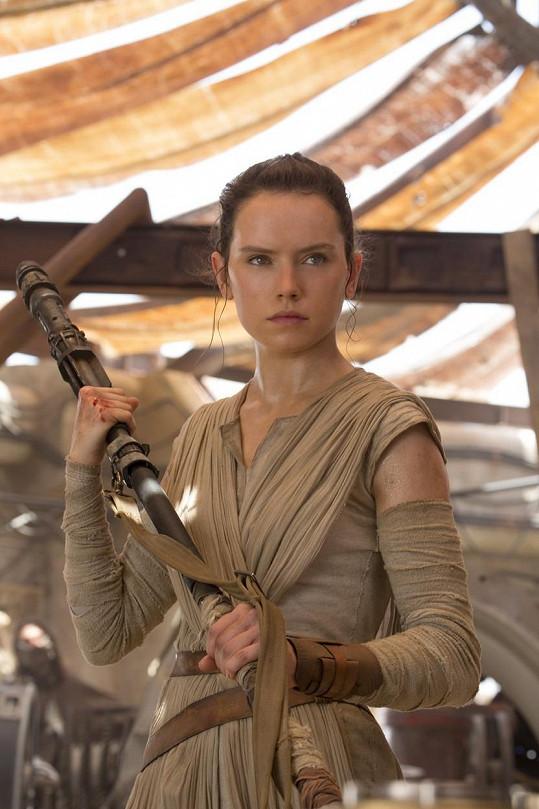 Daisy Ridley jako Rey ve filmu Star Wars: Síla se probouzí
