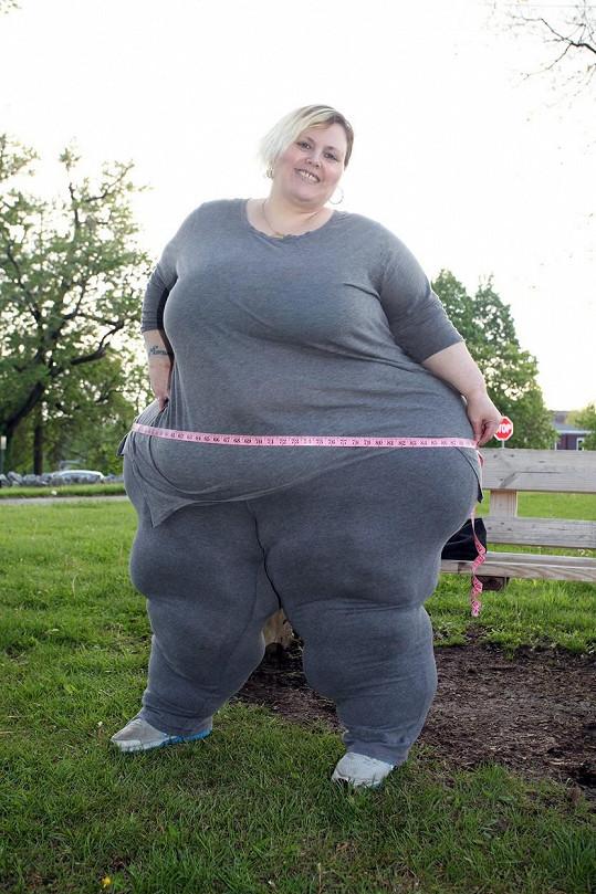 Američanka by ráda trhla světový rekord, do toho jí ale zbývá přes boky nabrat ještě dvacet centimetrů.