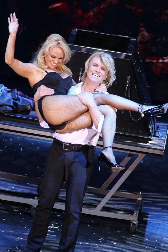 Pamela Anderson byla ozdobou iluzionistické show.