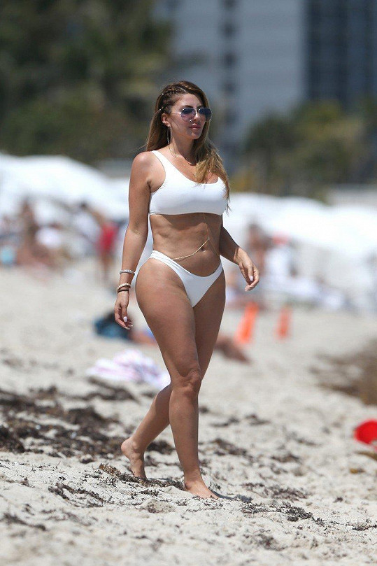 Kamarádka Kardashianek trávila volno na pláži tentokrát s jinými přáteli.