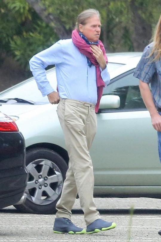 Val Kilmer se maskuje šátky.