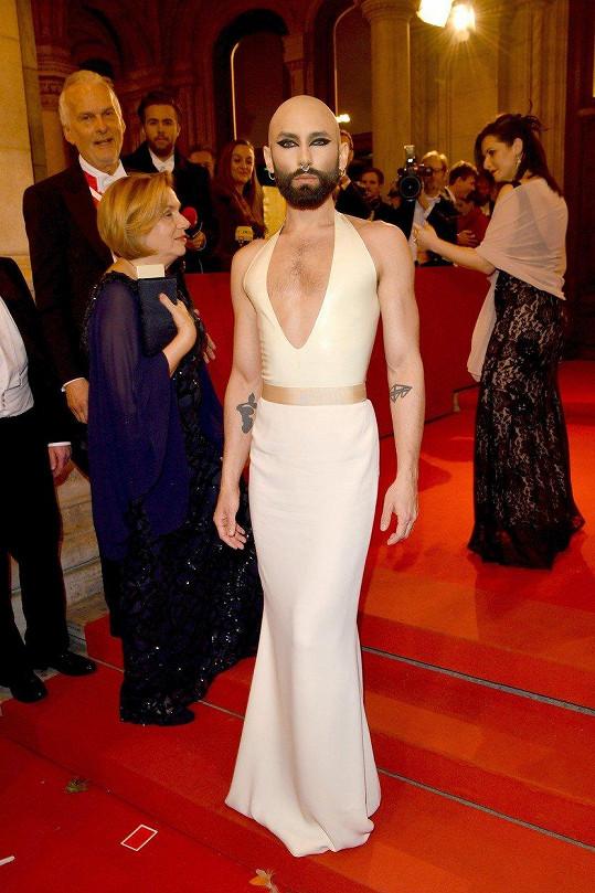 Conchita Wurst překvapila na vídeňském plese novou image.