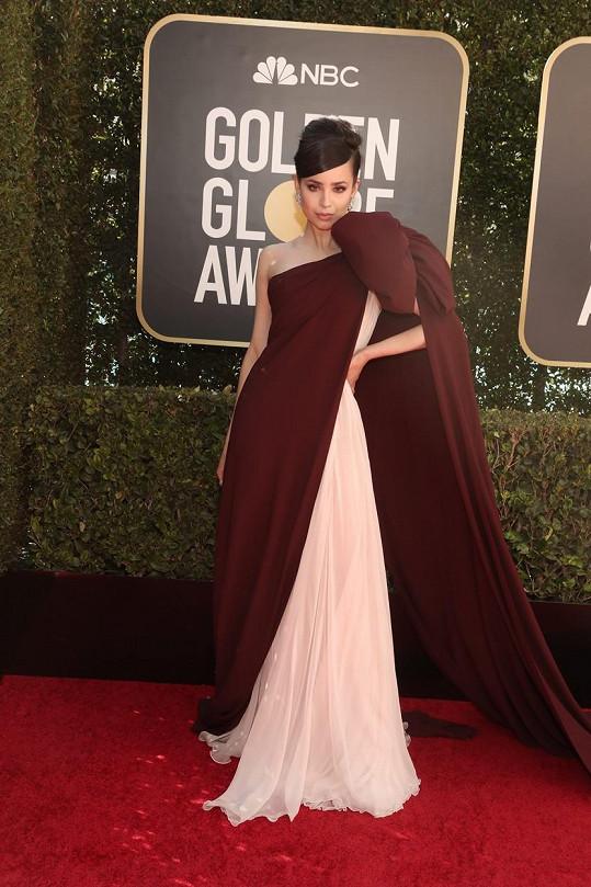 O pořádnou porci hollywoodského dramatu se postarala Sofia Carson v dechberoucím modelu Giambattista Valli.