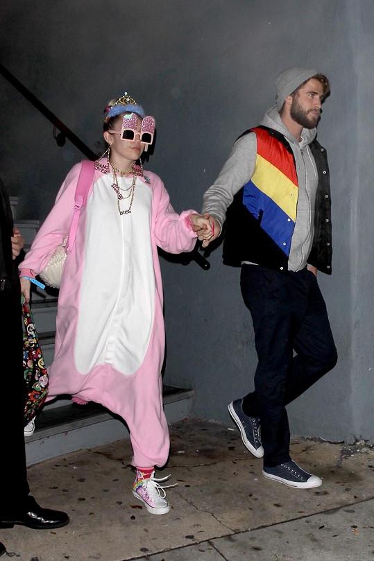 Liam Hemsworth nakonec svou milou za ruku vzal a na párty si ji dovedl.