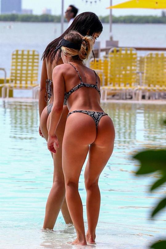 Yovanna Ventura a Cassandre Davis dráždily přítomné pány u bazénu hotelu v Miami.