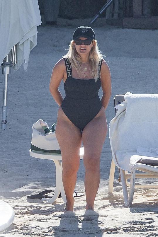Bebe Rexha na pláži v Mexiku.