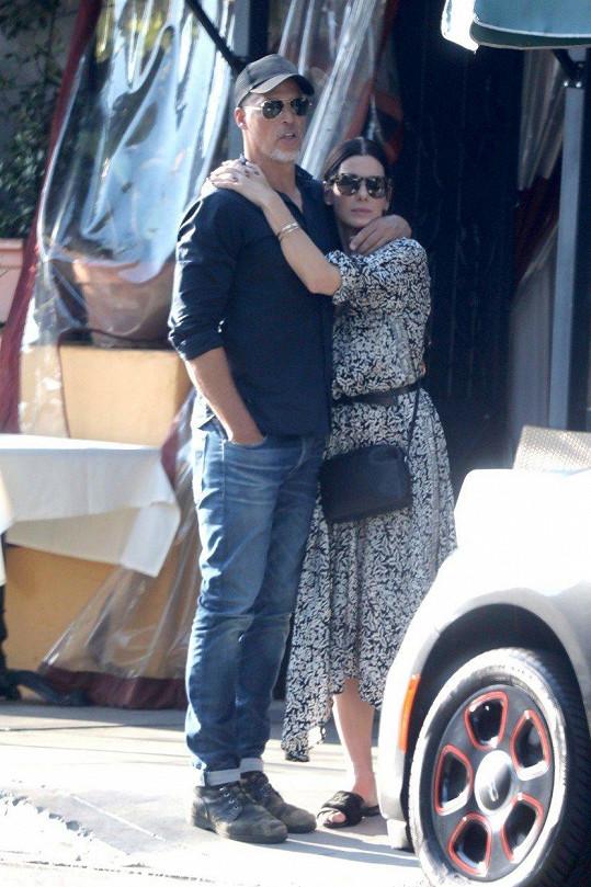 Když už má Sandra Bullock volno, tráví je s partnerem a rodinou.