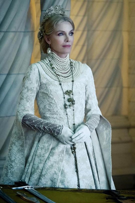 Nestárnoucí Michelle Pfeiffer jako královna Ingris