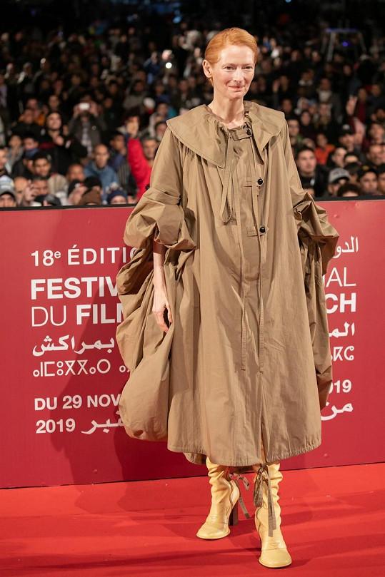 Tilda Swinton dorazila na červený koberec v divném modelu.