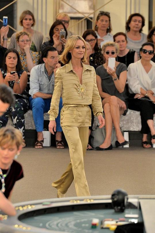 Na přehlídce nemohla chybět ani Lagerfeldova oblíbenkyně Vanessa Paradis.