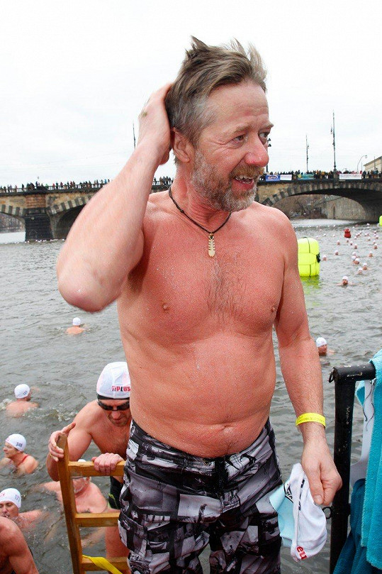 Letos byl herec mezi rekordními 400 plavci.