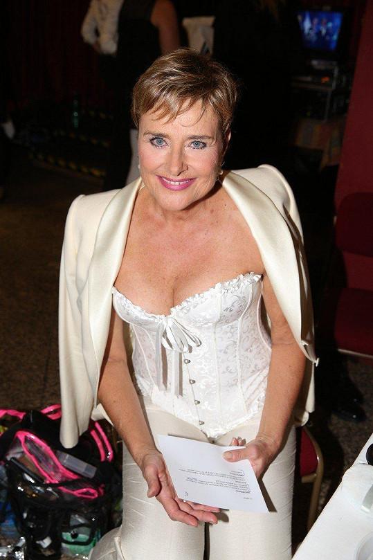 Marie Retková si nezvykle oblékla korzet.