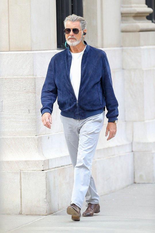 Pierce Brosnan vypadá ve svém věku stále dobře.
