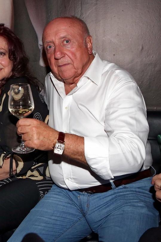 Nepustil se skleničky na vína.