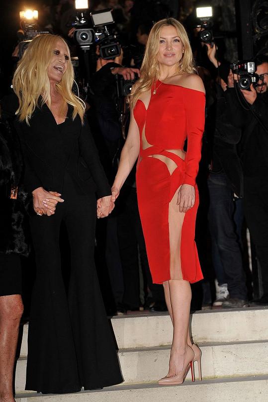 Kate oblékla formálnější model, který nejspíš půjde do běžného prodeje. Všimněte si, že šaty jsou podstatně kratší a obsahují vsadku na kyčelním kloubu, a nepůsobí tím pádem tak nahatě.